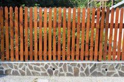 Φράκτης ξύλινα slats στις πέτρες Στοκ εικόνες με δικαίωμα ελεύθερης χρήσης
