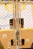Φράκτης που εξασφαλίζεται σκουριασμένος με ένα λουκέτο Στοκ Εικόνες