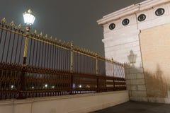 Φράκτης στο παλάτι Hofburg το βράδυ υδρονέφωσης της Βιέννης στοκ εικόνα με δικαίωμα ελεύθερης χρήσης