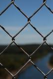 Φράκτης συνδέσεων αλυσίδων που κρατά μια πλάτη προσώπων Στοκ Φωτογραφίες