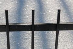 Φράκτης φρακτών χάλυβα το χειμώνα στην ημέρα Στοκ Φωτογραφίες