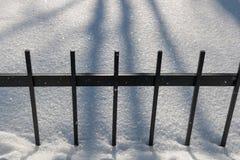 Φράκτης φρακτών χάλυβα το χειμώνα στην ημέρα Στοκ εικόνες με δικαίωμα ελεύθερης χρήσης