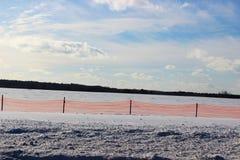 Φράκτης χιονιού και χιονώδης τομέας Στοκ φωτογραφίες με δικαίωμα ελεύθερης χρήσης