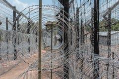 Φράκτης Barbwire φρουρημένα σύνορα στοκ φωτογραφία με δικαίωμα ελεύθερης χρήσης