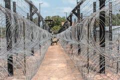 Φράκτης Barbwire φρουρημένα σύνορα στοκ εικόνες