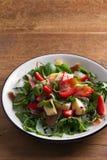 Φράουλα, αβοκάντο, βασιλικός, μέντα, σαλάτα arugula με brie το τυρί και jamon ή το prosciutto στοκ εικόνα