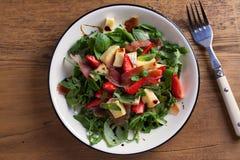 Φράουλα, αβοκάντο, βασιλικός, μέντα, σαλάτα arugula με brie το τυρί και jamon ή το prosciutto στοκ εικόνες