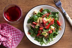 Φράουλα, αβοκάντο, βασιλικός, μέντα, σαλάτα arugula με brie το τυρί και jamon ή το prosciutto στοκ φωτογραφία με δικαίωμα ελεύθερης χρήσης