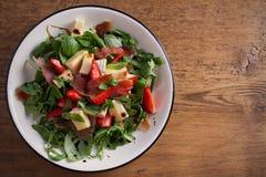 Φράουλα, βασιλικός, μέντα, σαλάτα arugula με brie το τυρί και jamon στο άσπρο πιάτο Στοκ εικόνα με δικαίωμα ελεύθερης χρήσης