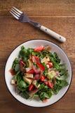 Φράουλα, βασιλικός, μέντα, σαλάτα arugula με brie το τυρί και jamon στο άσπρο πιάτο Στοκ εικόνες με δικαίωμα ελεύθερης χρήσης