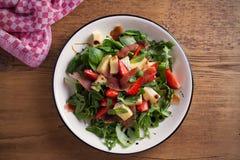 Φράουλα, βασιλικός, μέντα, σαλάτα arugula με brie το τυρί και jamon στο άσπρο πιάτο Στοκ Εικόνα