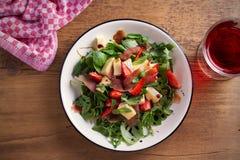 Φράουλα, βασιλικός, μέντα, σαλάτα arugula με brie το τυρί και jamon στο άσπρο πιάτο Στοκ Φωτογραφίες