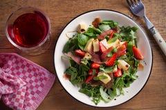 Φράουλα, βασιλικός, μέντα, σαλάτα arugula με brie το τυρί και jamon στο άσπρο πιάτο Στοκ Εικόνες