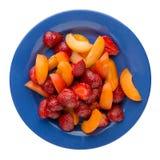 Φράουλα και βερίκοκο που τεμαχίζονται σε ένα πιάτο που απομονώνεται στην άσπρη πλάτη Στοκ φωτογραφίες με δικαίωμα ελεύθερης χρήσης