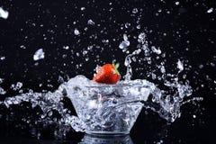 Φράουλα και διαμάντια στο υγρό μαύρο πάτωμα στοκ εικόνες με δικαίωμα ελεύθερης χρήσης