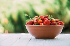 Φράουλα στην κινηματογράφηση σε πρώτο πλάνο πιάτων Στοκ Φωτογραφίες