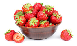 Φράουλα στο κύπελλο που απομονώνεται στο άσπρο υπόβαθρο Στοκ Φωτογραφία