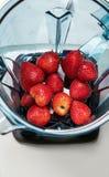 Φράουλα στο μπλέντερ στην άσπρη τοπ άποψη υποβάθρου προετοιμασία Στοκ φωτογραφία με δικαίωμα ελεύθερης χρήσης