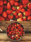 Φράουλα στο ξύλινο υπόβαθρο στοκ φωτογραφία με δικαίωμα ελεύθερης χρήσης