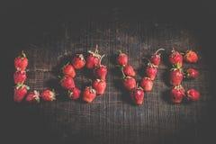Φράουλα υπό μορφή αγάπης λέξης Στοκ Εικόνα