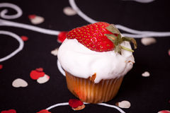 φράουλα φλυτζανιών κέικ Στοκ Εικόνα