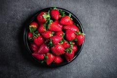 Φράουλα Φρέσκια φράουλα στο μαύρο υπόβαθρο με το διάστημα αντιγράφων στοκ φωτογραφία με δικαίωμα ελεύθερης χρήσης