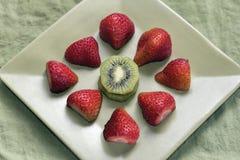 Φράουλες και ακτινίδιο Στοκ Εικόνες
