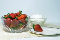 Φράουλες και κτυπημένη κρέμα και ένα πιάτο με μια φράουλα στοκ φωτογραφίες