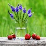 Φράουλες και λουλούδια στοκ εικόνα