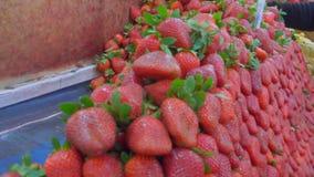 Φράουλες και μήλα στην αγορά φρούτων απόθεμα βίντεο