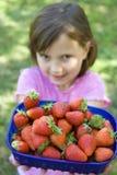 φράουλες κοριτσιών στοκ εικόνες