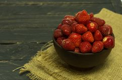 φράουλες μερών Μια σκοτεινή διάθεση αγροτική διάθεση Στοκ εικόνα με δικαίωμα ελεύθερης χρήσης