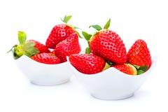 Φράουλες με τα πράσινα φύλλα σε ένα πιάτο στοκ φωτογραφία με δικαίωμα ελεύθερης χρήσης