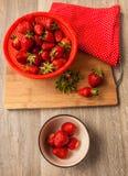 Φράουλες μούρων σε ένα κεραμικό κύπελλο Στοκ Εικόνες