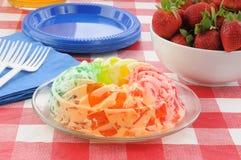 φράουλες παρφαί ζελατίνης κύπελλων στοκ εικόνα