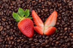 Φράουλες, περικοπή σε τέσσερα κομμάτια και ολόκληρο ένα μούρο των ώριμων φραουλών στοκ φωτογραφία με δικαίωμα ελεύθερης χρήσης