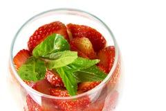Φράουλες περικοπών με τα φύλλα μεντών σε ένα γυαλί Στοκ εικόνα με δικαίωμα ελεύθερης χρήσης