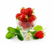 Φράουλες σε ένα βάζο γυαλιού που απομονώνεται στο άσπρο υπόβαθρο Στοκ φωτογραφία με δικαίωμα ελεύθερης χρήσης