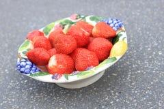 Φράουλες σε ένα κύπελλο στοκ εικόνα