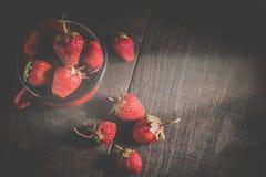 Φράουλες σε ένα φλυτζάνι στον πίνακα Στοκ φωτογραφία με δικαίωμα ελεύθερης χρήσης