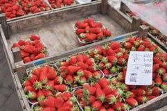 Φράουλες σε μια αγορά στοκ φωτογραφίες με δικαίωμα ελεύθερης χρήσης