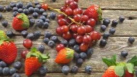 Φράουλες σταφυλιών βακκινίων με ξύλινο στο ξύλινο βίντεο επιτραπέζιου ΣΕ ΑΡΓΗ ΚΊΝΗΣΗ hd φιλμ μικρού μήκους