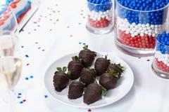 Φράουλες στη σοκολάτα στον πίνακα στο κόμμα Στοκ Εικόνες