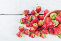 Φράουλες στον άσπρο ξύλινο πίνακα στοκ εικόνες με δικαίωμα ελεύθερης χρήσης