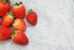 Φράουλες στο αγροτικό υπόβαθρο φρέσκο καλοκαίρι μούρων διάστημα αντιγράφων Στοκ Φωτογραφία