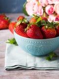 Φράουλες στο κύπελλο με την καρδιά και τα τριαντάφυλλα Στοκ εικόνα με δικαίωμα ελεύθερης χρήσης