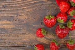 Φράουλες στο ξύλινο επιτραπέζιο υπόβαθρο, που ανατρέπεται από ένα βάζο καρυκευμάτων Αντιοξειδωτικοοι, detox διατροφή, οργανικά φρ Στοκ εικόνα με δικαίωμα ελεύθερης χρήσης