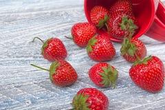 Φράουλες στο ξύλινο επιτραπέζιο υπόβαθρο, που ανατρέπεται από ένα βάζο καρυκευμάτων Αντιοξειδωτικοοι, detox διατροφή, οργανικά φρ Στοκ Φωτογραφία