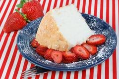 φράουλες τροφίμων κέικ αγγέλου Στοκ Φωτογραφία