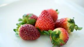 Φράουλες φρέσκες από την αγορά φάτε καλά απόθεμα βίντεο